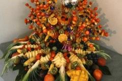 Décoration table corbeille de fruits frais et exotiques